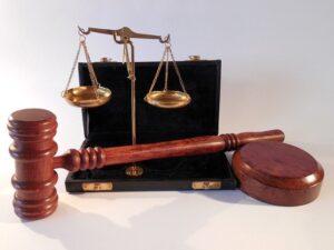 公正の象徴たる天秤とハンマーの写真